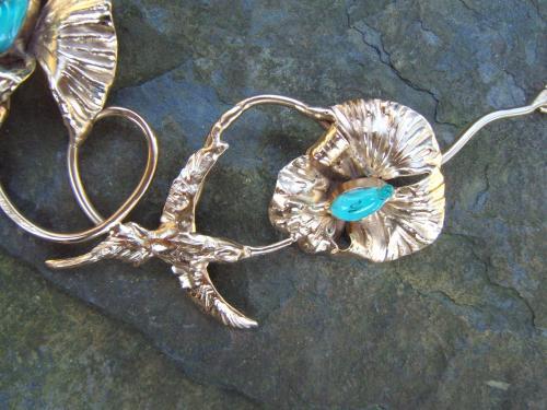 collier fleur et colibri : détail laiton doré et verre