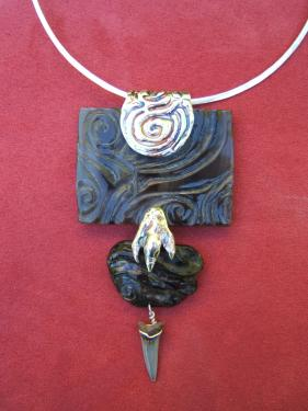 collier corne sculptée sur monture laiton plaqué argent pendeloque dent de requin fossile