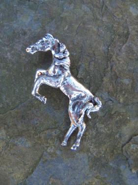pendentif cheval:  laiton plaqué argent patiné