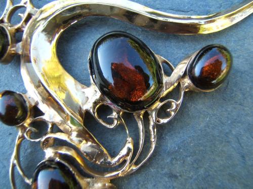 collier laiton doré et verre :détail